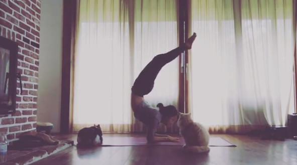 Hyori's yoga skills